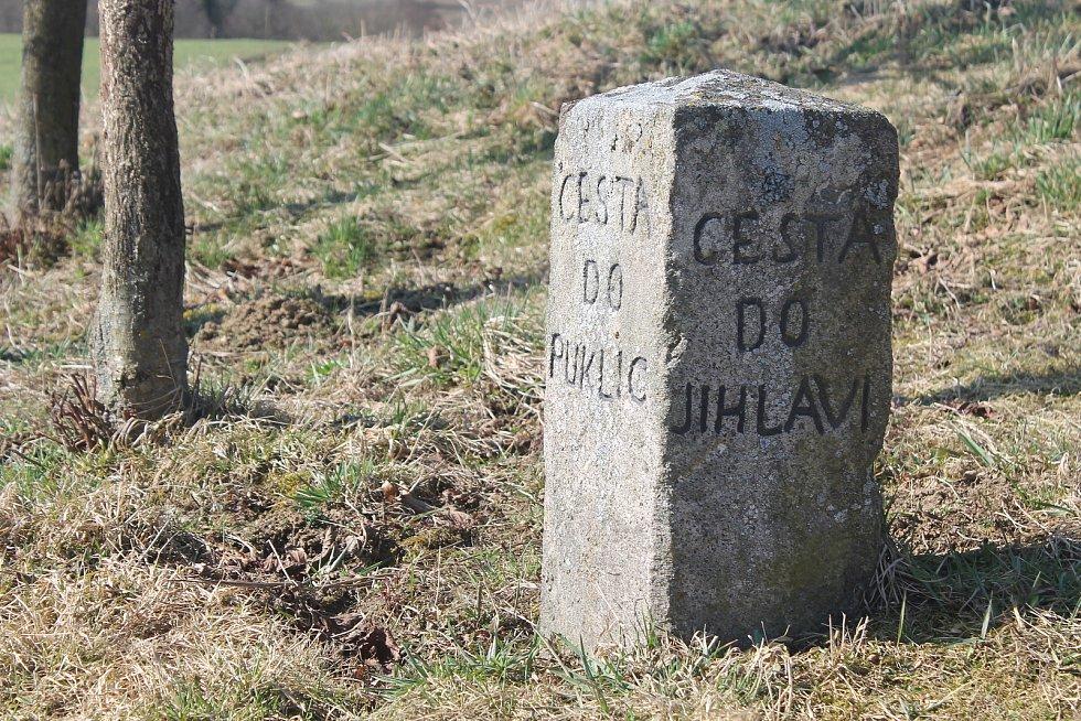 Kámen na cestě od Petrovic, rozcestí mezi Puklicemi a Jihlavou.