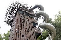 Původní dřevěnou konstrukci tobogánu v jihlavské zoo vystřídala konstrukce ocelová. Nerezový tubus mohl zůstat bez výměny.