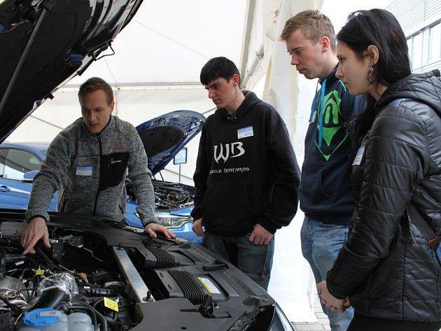 Studenti v Boschi. Vysokoškoláci navštívili jihlavskou firmu Bosch Diesel. Přibližně osm desítek studentů si prohlédlo výrobní prostory firmy a měli možnost poznat práci v jednotlivých odděleních a pohovořit s pracovníky.
