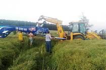 K letecké nehodě v blízkosti obce Plešice vyjely dvě jednotky hasičů. Pilot vyvázl bez zranění, na stroji je patrné poškození čela a vrtule.