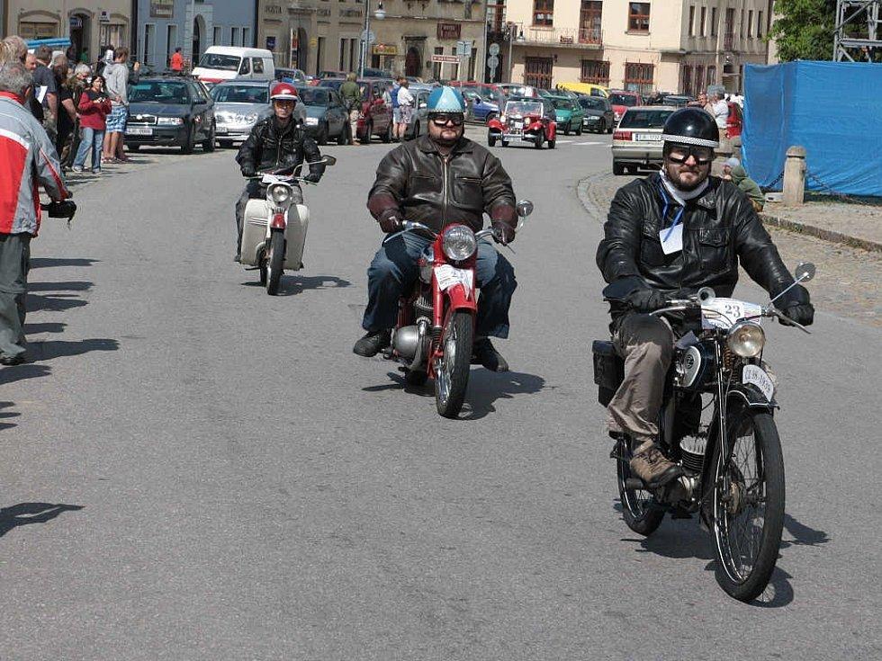 Do Polné zavítaly v sobotu hned dvě veteránské jízdy.