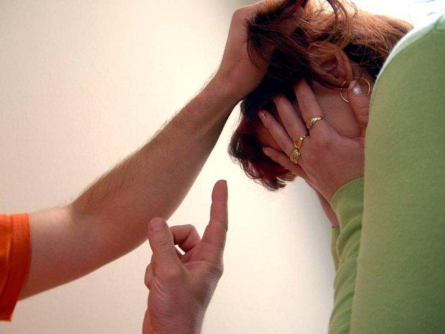 Násilník, který terorizuje svou ženu, může být z domova vykázán na deset dnů. Na Vysočině už na své hrubé chování doplatilo letos osm mužů.