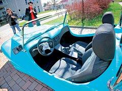 Skládací automobily se vyrábějí ve Smržovce a po České republice jich jezdí zhruba 300 kusů. Studenti jihlavské průmyslové školy budou svůj kus montovat zhruba půl roku.