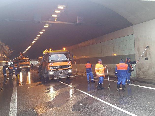 Takto pracovali dělníci v tunelu.
