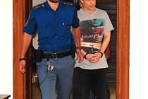 Před soud v poutech. Patrik Přívara byl ke včerejšímu líčení u krajského soudu přiveden z vazby, a to v poutech. Svou vinu, kterou mu klade obžaloba, přiznal jen částečně.