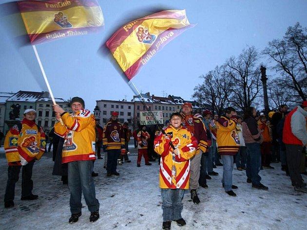 Příznivci Dukly Jihlava už jednou směrem k jihlavskému magistrátu pochodovali. Zítra vyrazí znovu, aby podpořili stavbu tréninkové haly.