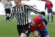 Žďárští fotbalisté (v pruhovaném Petr Heide) si z duelu proti Rosicím odnesli pouze remízu. Na jejich hřišti totiž nedokázali přelstít skvělě chytajícícho brankáře soupeře.