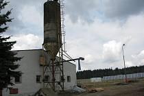 Na poli za bývalým teletníkem pracuje sluneční elektrárna. Vedle má vyrůst bioplynová.