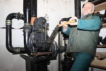 Při simulovaném výpadků elektrického proudu přišel na řadu ruční pohon filtračního zařízení. Stačilo jen párkrát zatočit klikou tak, jak předvádí Josef Dolejší, a vzduch uvnitř krytu byl zase čistý.