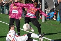 Nepustím tě! To si jistě říkal fotbalový univerzál Michal Vyskočil (ve světlém), když  bojoval s přesilou Budějovic (Martin Japanský a Fernando Hudson).