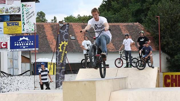 Skateboardisti i jezdci na bmxkách včera létali vzduchem