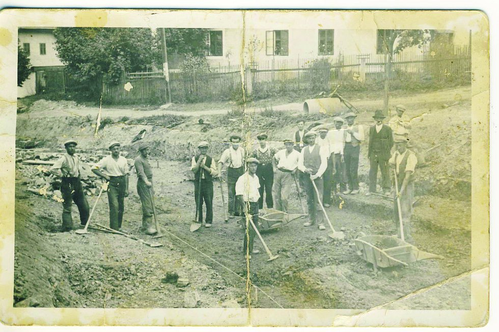 V létě 1935 byla povolena stavba nové silnice. Na práci byli přijímáni jen místní nezaměstnaní.