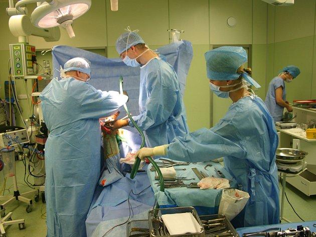 První operace kolene za pomoci nejmodernější technologie Visionaire se konala v Nemocnici Jihlava bez komplikací. Pacient Josef Novotný plánuje, že stejný postup operace zvolí i na druhé noze.