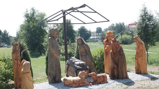 Začátkem července na tradičním třešťském Dřevořezání přibyly postavy do betléma u potoka.