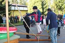 Scénka z cesty kolem světa zahájila školní rok ve Zhoři. Školáci museli první den přes lodní můstek. Na konci čekala skluzavka.