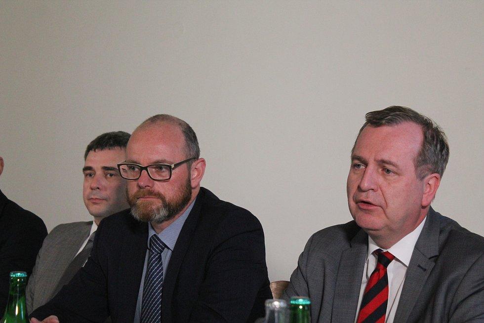 Do Jihlavy zavítal i ministr školství Robert Plaga (uprostřed) i předseda České konference rektorů a rektor Karlovy univerzity Tomáš Zima, v pozadí rektor VŠPJ Václav Báča.