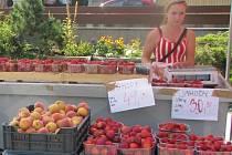 Ovoce a zeleninu seženete i trhovců.
