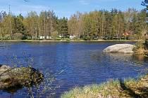 Nádherné místo odpočinku v srdci České Kanady. Zvůle, místní část Kunžaku v době, kdy se sem vydalo před létem jen pár turistů.