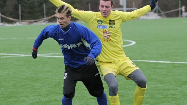 Obránce jihlavské juniorky Květoslav Havránek (ve žlutém v souboji se žďárským Lukášem Filippim) se v zápase se Žďárem proměnil v kanonýra. Do sítě účastníka divize se trefil hned dvakrát.