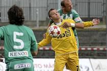 Zatímco v prvním kole se útočník Vysočiny Stanislav Tecl (ve žlutém) proti zkušenému kapitánovi Bohemians Drskovi neprosadil, v Sezimově Ústí zařídil přesnou trefou výhru svého celku.