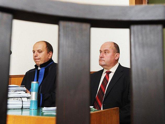 U soudu Františka Dohnala zastupoval i advokát Václav Vlk (vlevo).