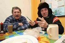 Mnoha bezdomovcům se do azylových domů nechce, odrazují je zásady pobytu. Proto se raději zdržují v suterénu nemocnic – a zdravotnická zařízení s nimi nic nezmůžou.