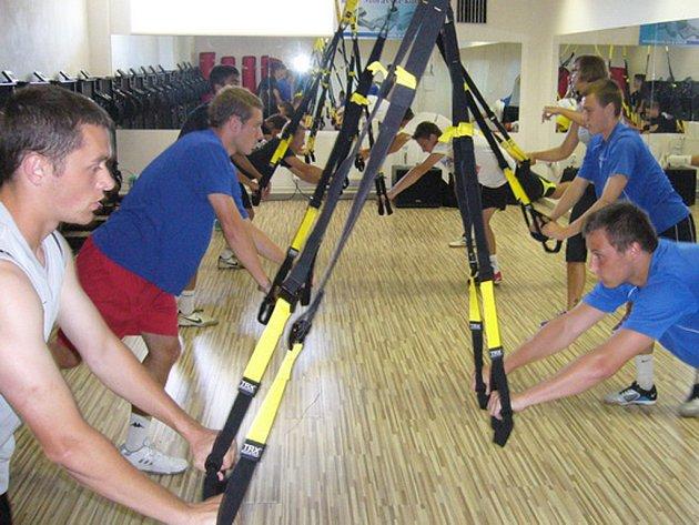 V posilovně FIT PEOPLE na Bedřichově se starší dorostenci potí nejen na strojích, ale využívají i moderní cvičení na TRX.