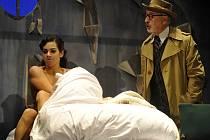 Třetí premiérou sezony v Horáckém divadle v Jihlavě bude kriminální retrokomedie Woodyho Allena Prokletí nefritového škorpiona. Na snímku z generální zkoušky je v hlavní roli Cecila Briggse Milan Šindelář (vpravo).