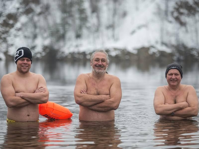 Otužilecké koupání v Lomu v Horní Cerekvi. Miroslav Harant je uprostřed.