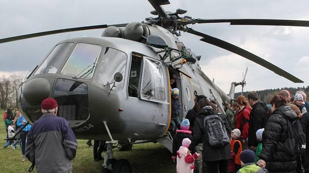 Návštěvníci akce k výročí paravýsadku Out Distance si mohli prohlédnout vojenský vrtulník Armády České republiky. Parašutisté se potom snesli z nebe.