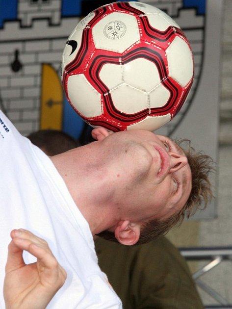 Sedmnáctý ročník pelhřimovského festivalu byl opět plný rekordů a kuriozit. Mladý žonglér Jiří Kremser se učí rychle. Jeho kousky s míčem na obličeji sklidily bouřlivý potlesk.