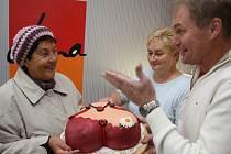 Hana Kučerová (vlevo) přebírala dort od Jiřího Poukara a Marie Palánové ve velmi přátelské atmosféře.