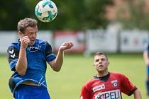 Fotbalisté Sapeli Polná (v červeném Jiří Mužík) si připsali druhou porážku.