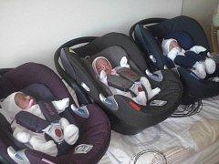Trio sester, které se narodily 18. července v 31. týdnu těhotenství, už jsou doma ve Vlašimi. V jihlavské nemocnici strávily měsíc, za který nabraly zhruba kilogram.
