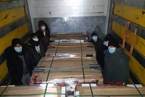 Migranti cestovali v kamionu se zavařeninami.