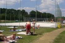 Nové hřiště na plážový volejbal sousedí s venkovním areálem koupaliště.