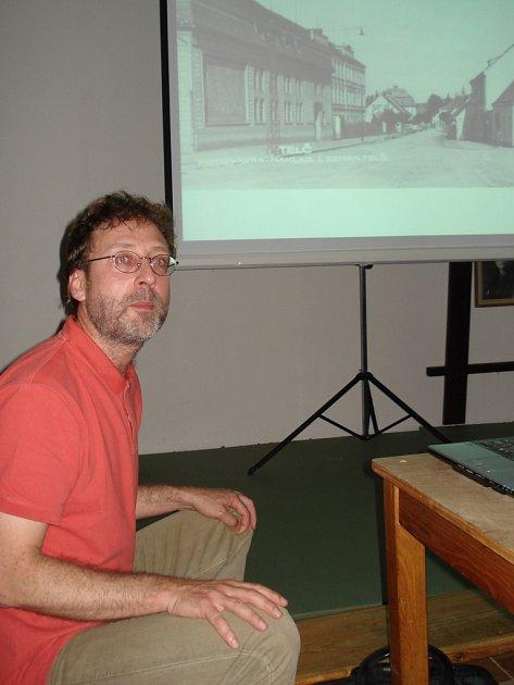 Diskuse. Jiří Bláha se se zájemci bavil o historické podobě města.