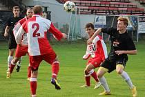 Výsledkové zlepšení. Fotbalisté Sapeli Polná (ve světlém) se probrali a začali vyhrávat. Naposledy doma porazili díky dvěma gólům žďárský Herálec.