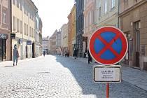 Zákaz zastavení. Značení upozorňující na zákaz zastavení na trase Jihlavského půlmaratonu je v některých ulicích Jihlavy už od včerejšího dne. Zanechat auto nebudou moci řidiči například v Palackého ulici (na snímku).
