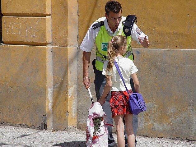 Policista Zbyněk Koreš upozorňuje školačku, kterou na přechodu málem srazilo auto, aby si příště dávala větší pozor.