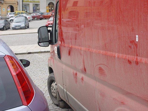 Šmouhy na červené dodávce a policejní označení místa činu jako důkaz přepadení. Pětatřicetiletý muž si za cenu zranění na hlavě peníze ubránil.