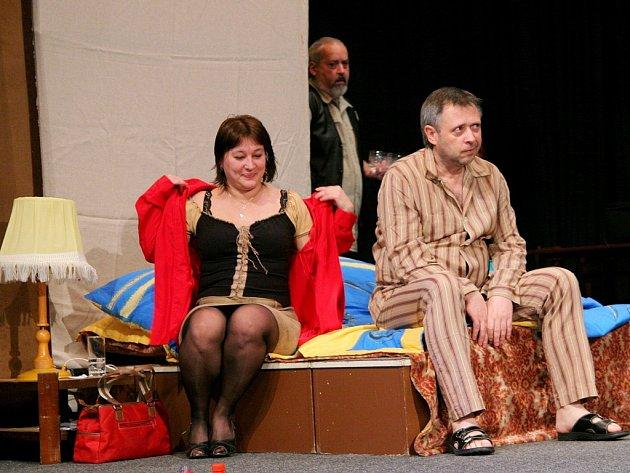 S tvojí dcerou ne. Tak se jmenuje komedie, kterou začíná dnes večer Víkend s Čapkovci.