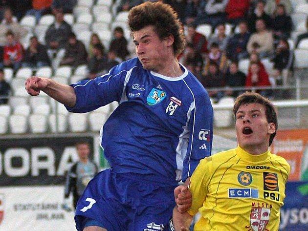 Michael Rabušic (ve žlutém) se proti Vítkovicím dočkal premiérového gólu v dresu A-týmu Jihlavy.