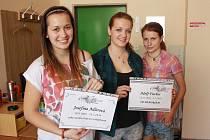Studentky Gymnázia Jihlava Martina Tvrzová, Magda Smejkalová a Kristýna Dvořáková ukazují cedulky, které budou nově označovat hroby bez náhrobků na jihlavském židovském hřbitově.