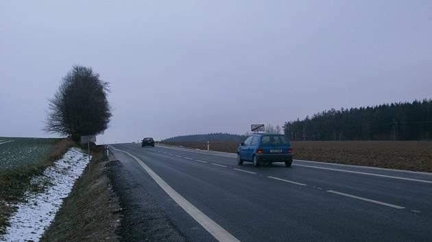 Vyboulená bílá čára na kraji silnice v Novém Hubenově má řidiče přimět ke zpomalení.