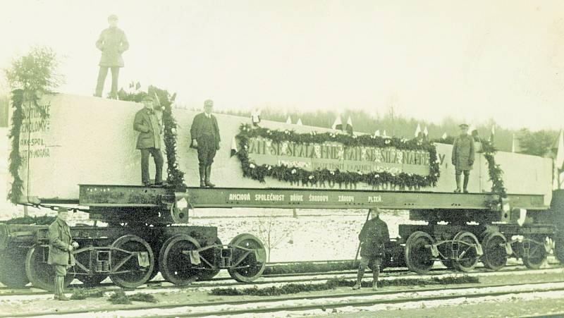 Slavnostní přeložení bloku na speciální železniční vagon proběhlo na telčském nádraží 26. listopadu 1925. Žačky Lidové malírny jej vyzdobily a 3. prosince se vydal na cestu.