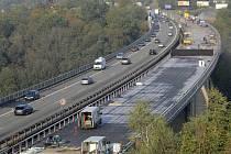Polovina mostu nad Velkým Meziříčím se opravovala loni, teď přijde na řadu druhá polovina.