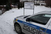Úmrtí dvaadvacetiletého mladíka, jehož tělo bylo nalezelo v sobotu dopoledne v potoce v Polné, začala v sobotu před polednem přímo na místě prověřovat policie.