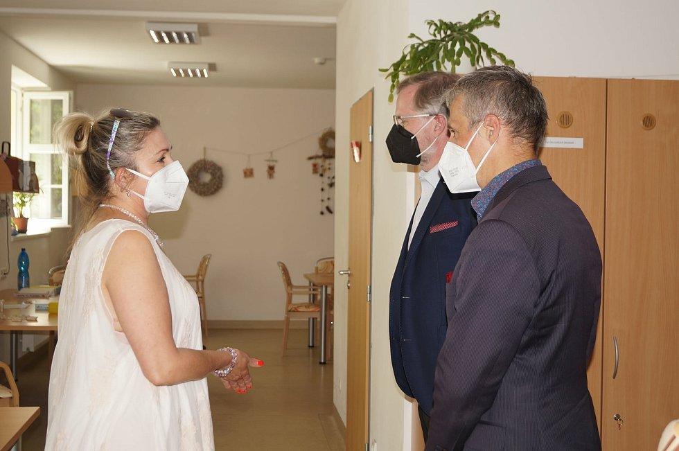 Senioři z domova v Lesnově se připravují na Letní ples a tento týden si klienti ICSS užili i návštěvy.