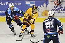 Jihlavští hokejisté (ve žlutém) doma přehráli nováčka z Kolína. Nasázeli mu šest branek.